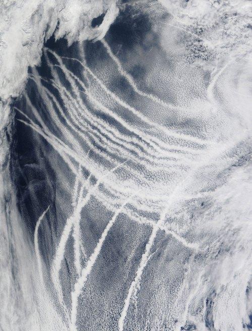 ship-vapor-trails-1meg