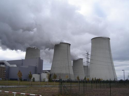 Ruskohiiltä käyttävä voimala Saksassa.